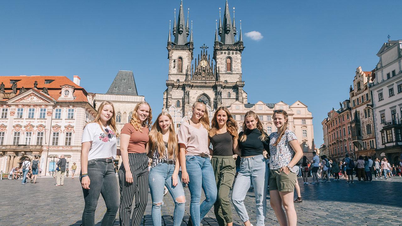 Mädchen auf dem Prager Rathausplatz