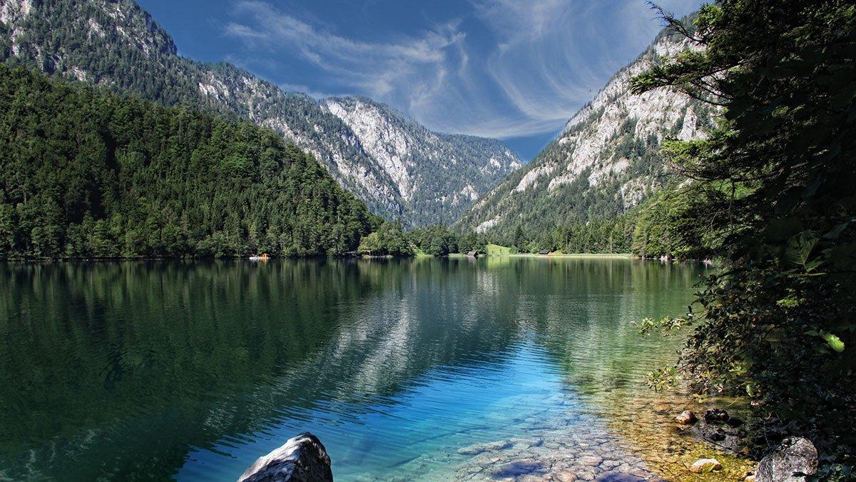 Leopoldsteinersee mit Blick auf die Seemauer in der Steiermark