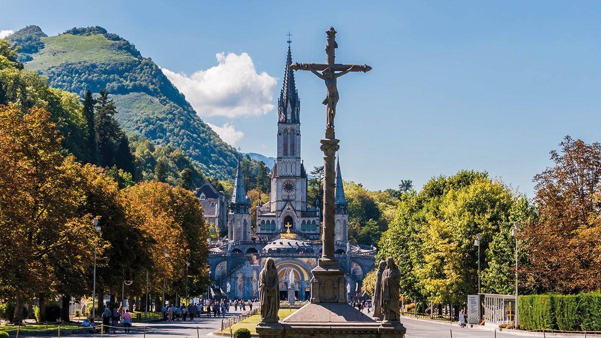 Lourdes Wallfahrtsstätte mit abgebildetem Kreuz