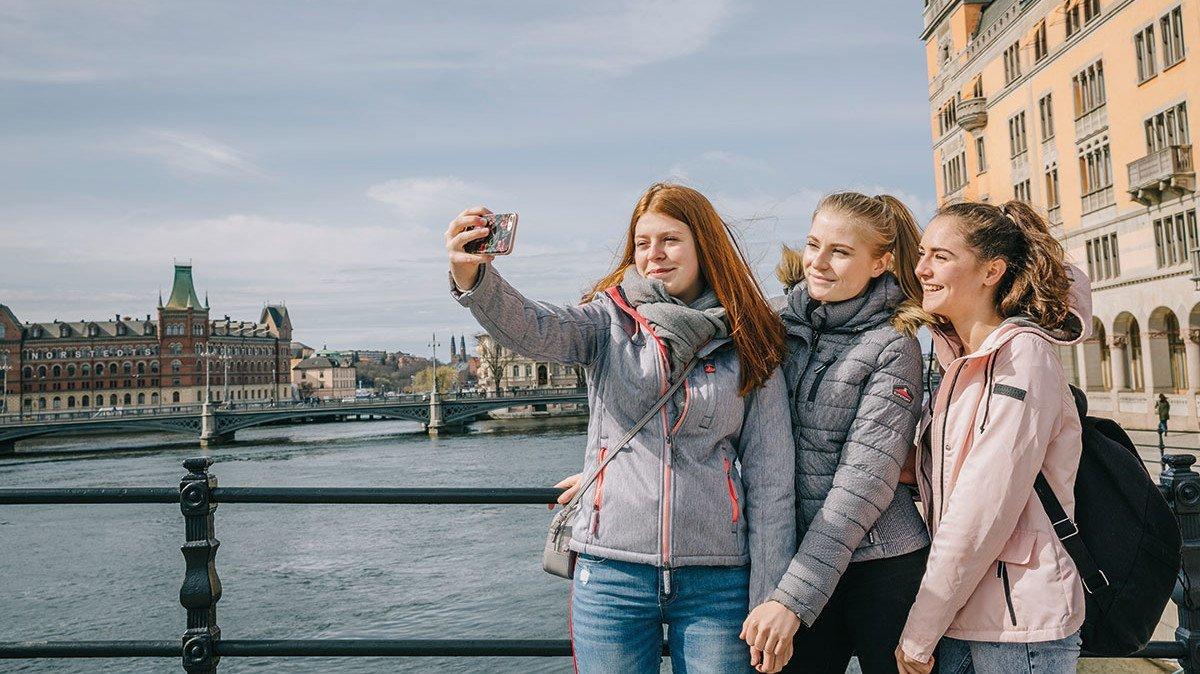 Junge Mädchengruppe in Stockholm vom Wasser