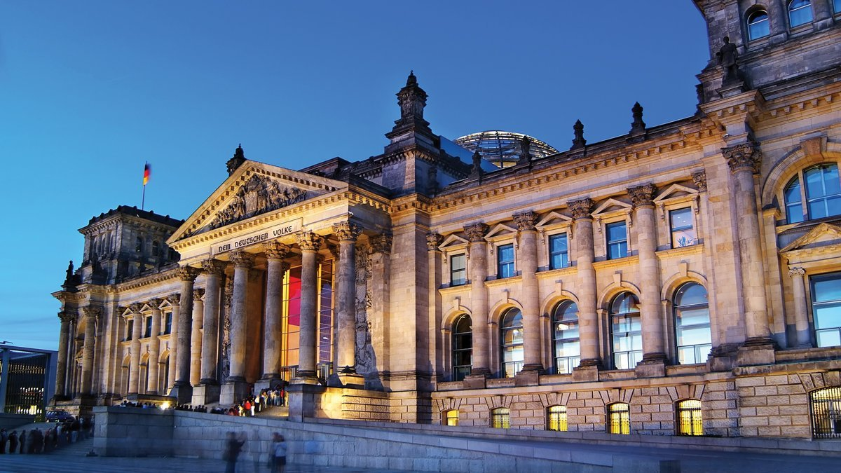 Reichstag bei Dämmerung