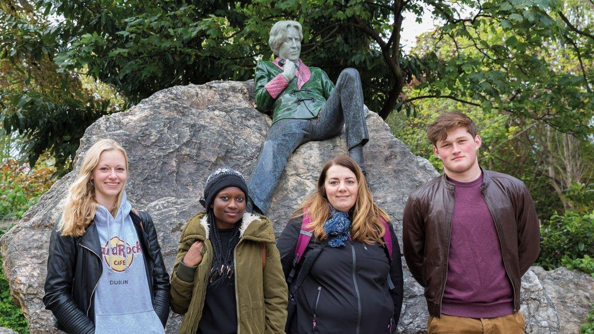 Schülergruppe vor einer Skulptur