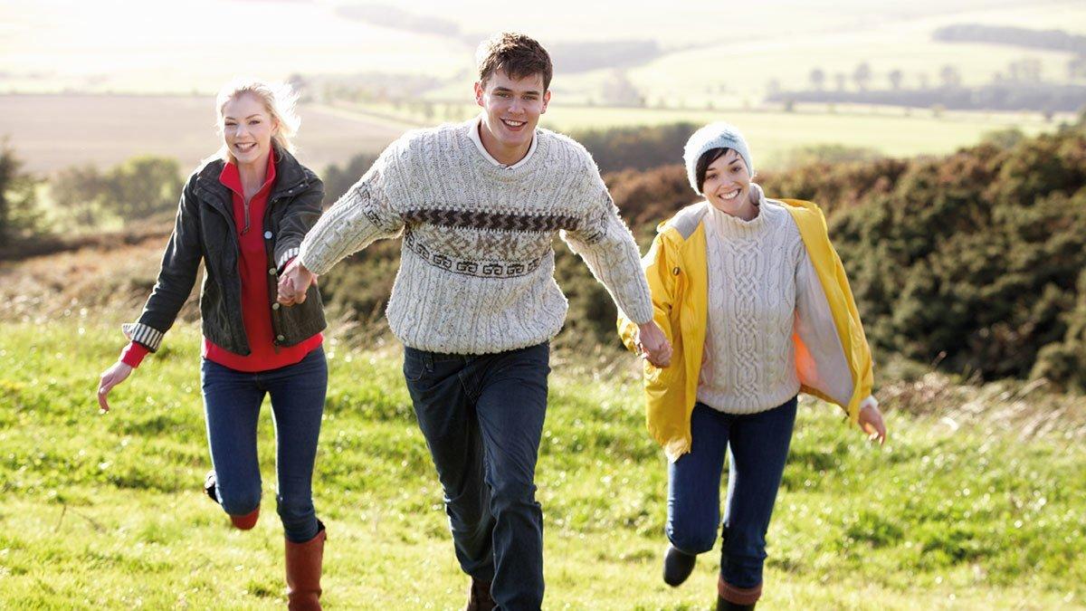 Drei Jugendliche laufen draussen in Aberdeen