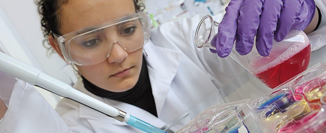 Mädchen forscht in Chemie