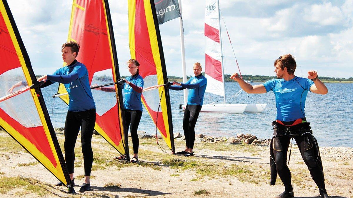 Junge Leute lernen Windsurfen