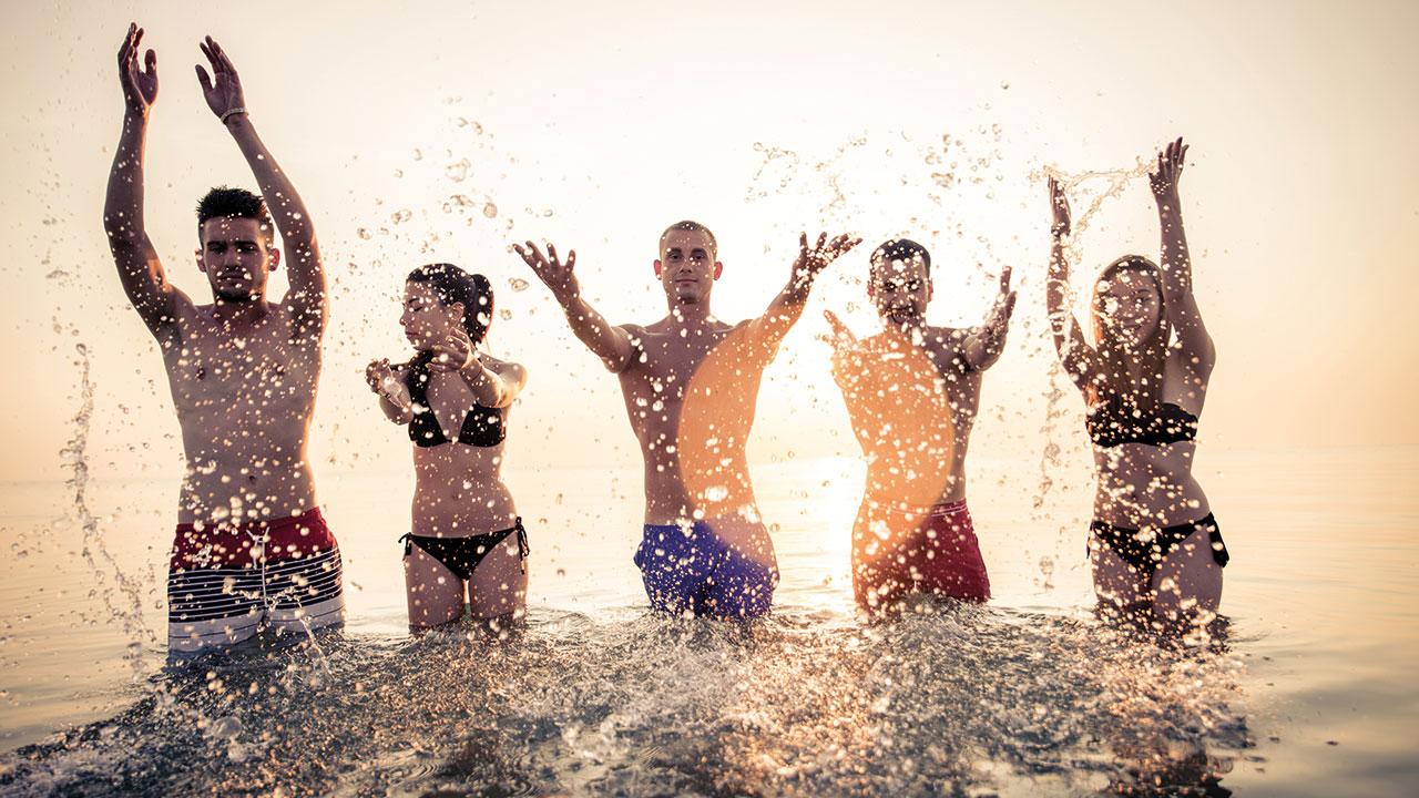 Schüler haben Spaß im Wasser