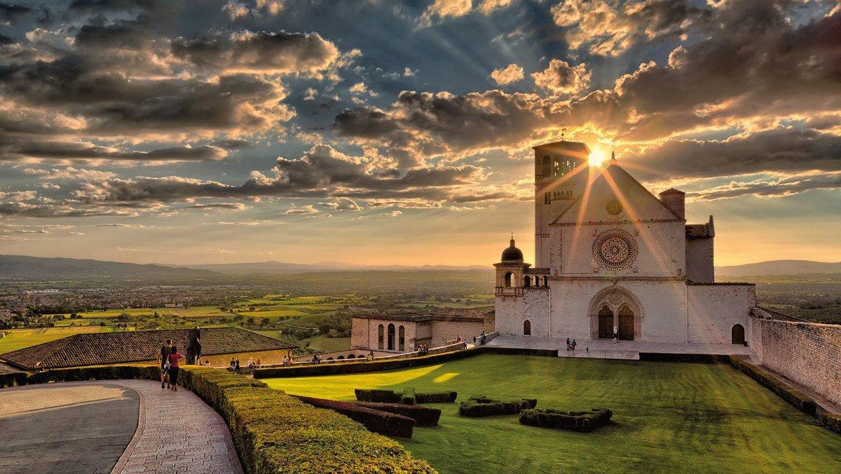 Eine wunderschöne Landschaft im Sonnenuntergang in Umbrien